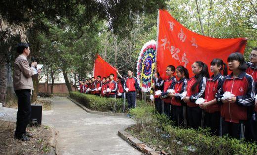 缅怀先烈 放飞梦想:陕西教育系统开展清明节祭奠活动